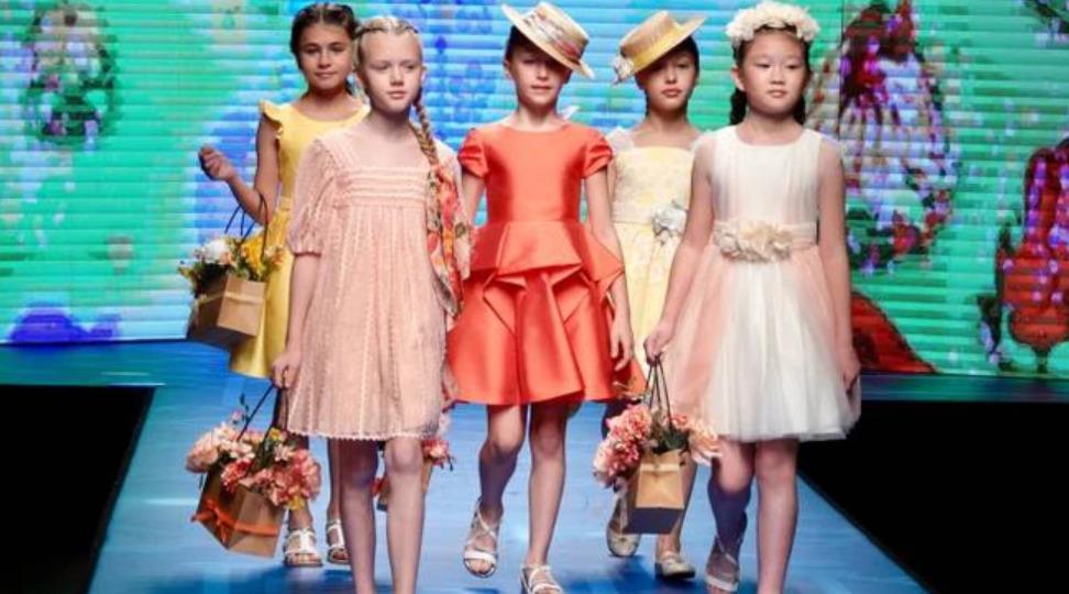 pitti bimbo moda in streaming sfilata di moda di abbigliamento per bambini bambini che sfilano